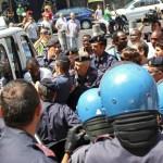 NAPOLI - IMMIGRATI OCCUPANO IL DUOMO CHIEDENDO UN ALLOGGIO - TENSIONI E SCONTRI CON LA POLIZIA